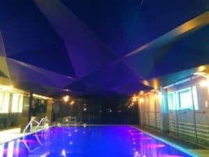 бассейн с влагостойким потолком
