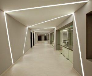 линейные светодиодные светильники в коридоре
