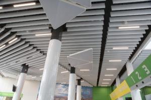 СтройДизайн потолок из линеарных металлических панелей