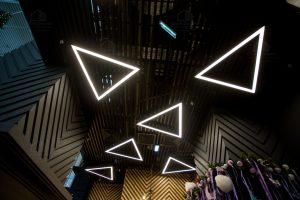 абстракция треугольники неон