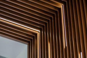 деревянный реечный потолок с подсветкой